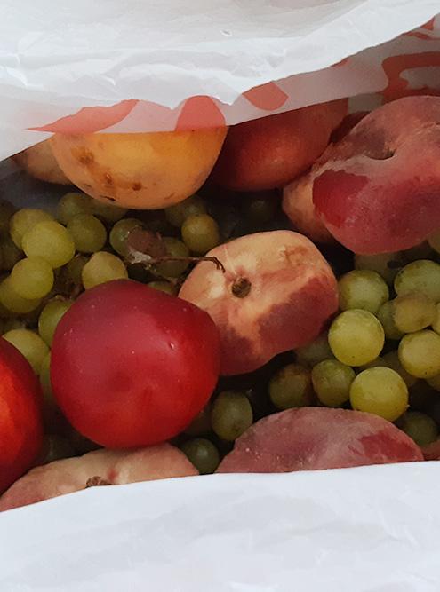 Целый пакет персиков, нектаринов и винограда — такую еду спасать особенно приятно