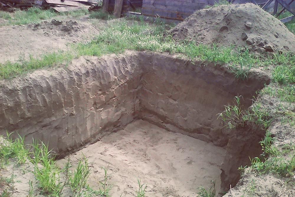 Копал яму я сам, все лето. В нашей деревне вручную вырыть куб земли стоит 1000рублей. Даже с учетом торга за 24куба мне пришлосьбы отдать 15—20 тысяч