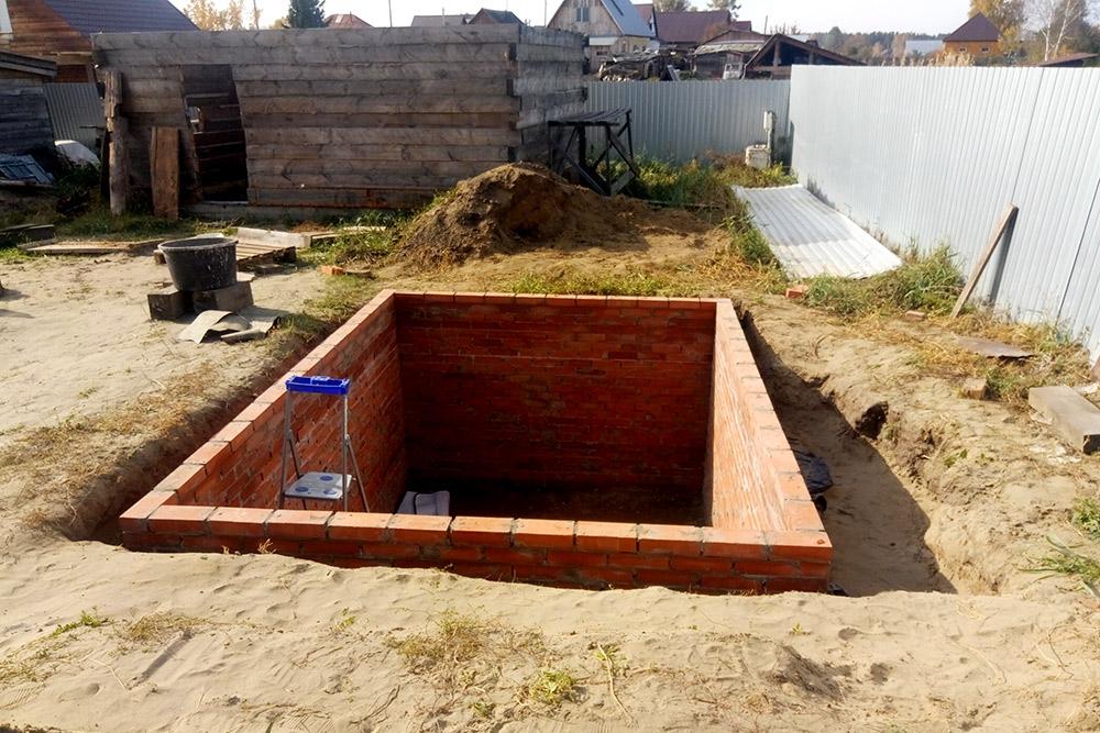 Дыра справа — это результат того, что я сдвинул новый погреб на метр от старого