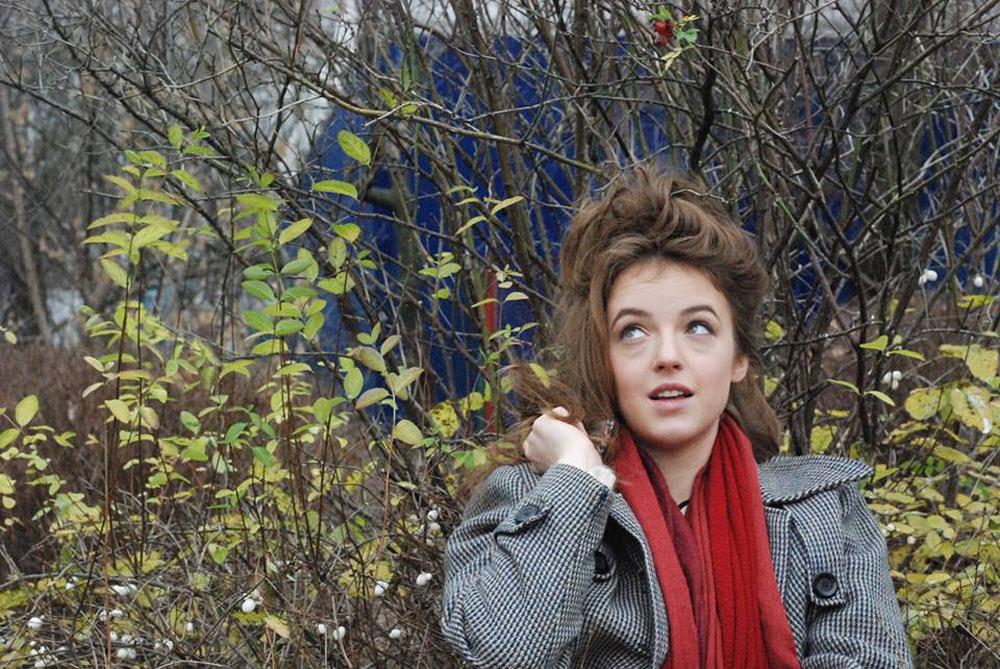 Распустить волосы по веткам деревьев получилось не очень. Кроме того, настырный гараж все время лезет в кадр. А еще под глазами мешки, которые фотограф не стала ретушировать, потому что пока не умеет