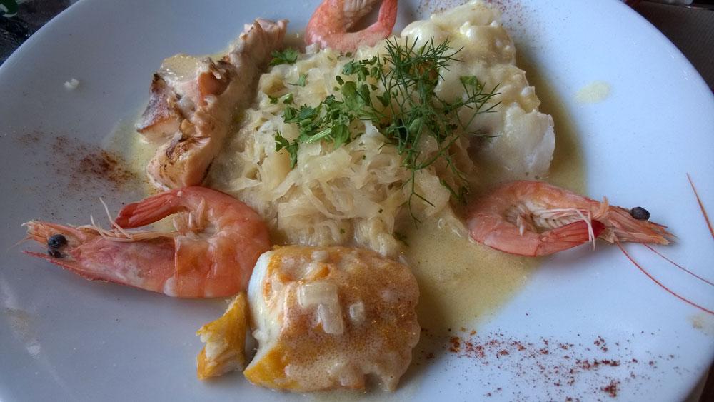 Основное блюдо в ресторане: шукрут де ля мер, традиционное блюдо эльзасской кухни из квашеной капусты