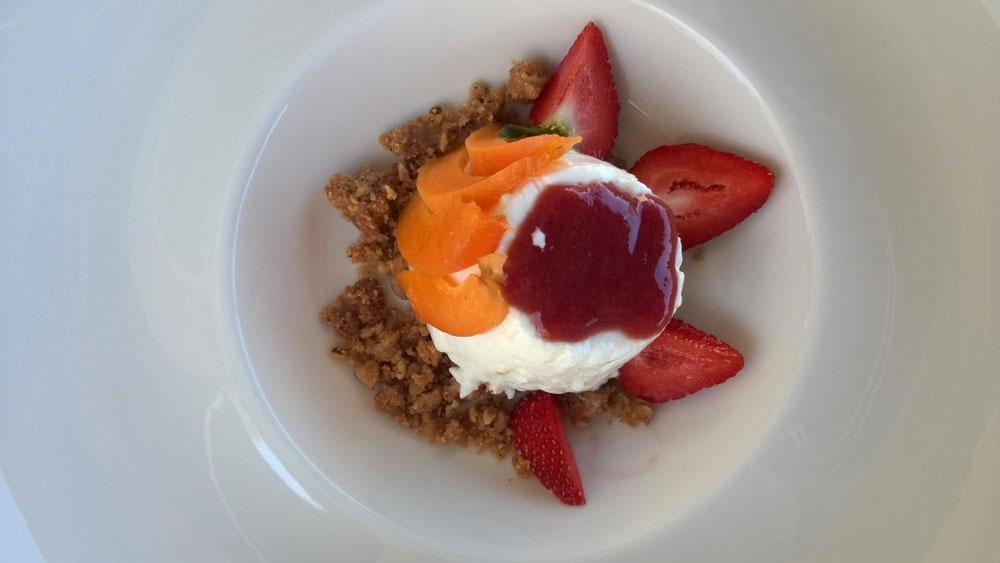 Десерт в ресторане: крамбл — крошка из песочного теста, запеченная с творогом и фруктами