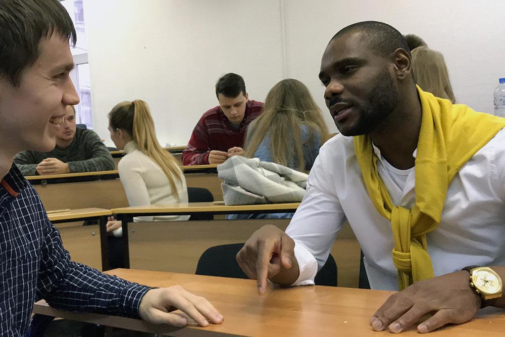 Участники выполняют упражнения по английскому, общаются в парах и в группах и выступают передпубликой