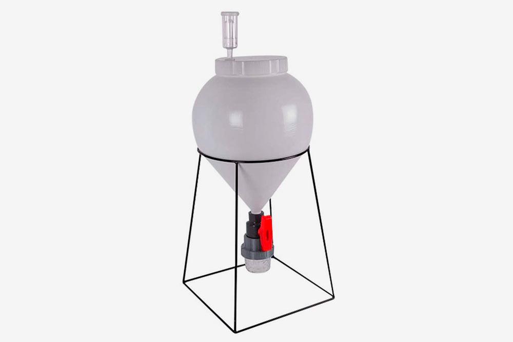 Пластиковый конический ферментер. Коническая форма дна позволяет легко удалять дрожжевой осадок, который может ухудшить вкусовые ивнешние характеристики пива