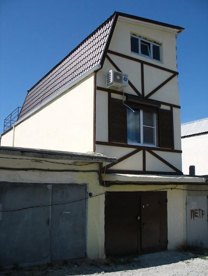 Если есть такой гараж — квартира не нужна. Но по документам это все равно гараж, а не жилое помещение