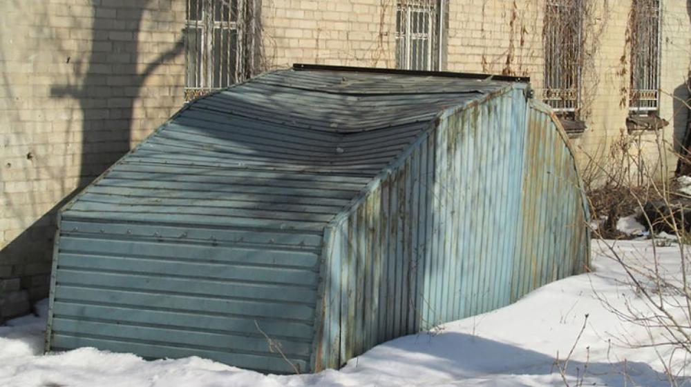 Вот так выглядят металлические гаражи, которые относятся к движимому имуществу — их часто называют «ракушки» . Еще несколько лет назад такие сооружения часто встречались во дворах. Но большая часть из них уже вывезена на специализированные стоянки. Раз такие гаражи ставились незаконно — оплачивать перевозку и хранение приходилось владельцам. А если они откажутся — расходы могут взыскать через суд