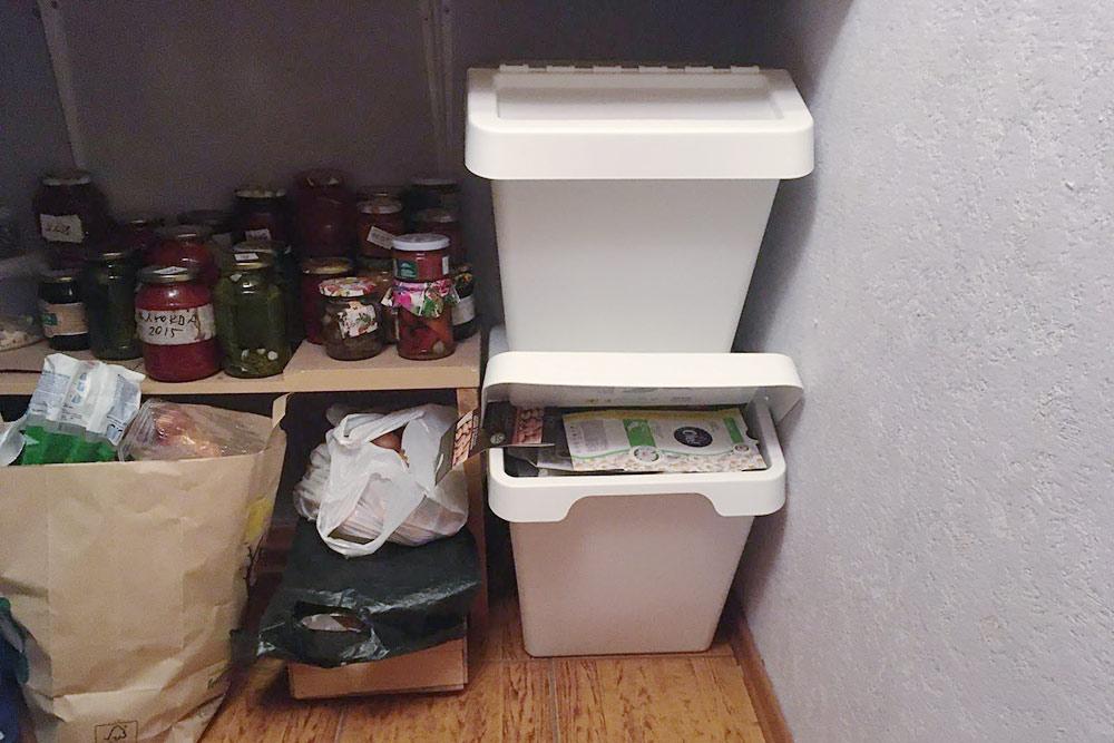В «Икее» продаются стильные и удобные ящики для&nbsp;хранения отсортированного мусора. Они удобны тем, что можно открыть нижний, не&nbsp;приподнимая верхний. Один такой бак стоит 999<span class=ruble>Р</span>