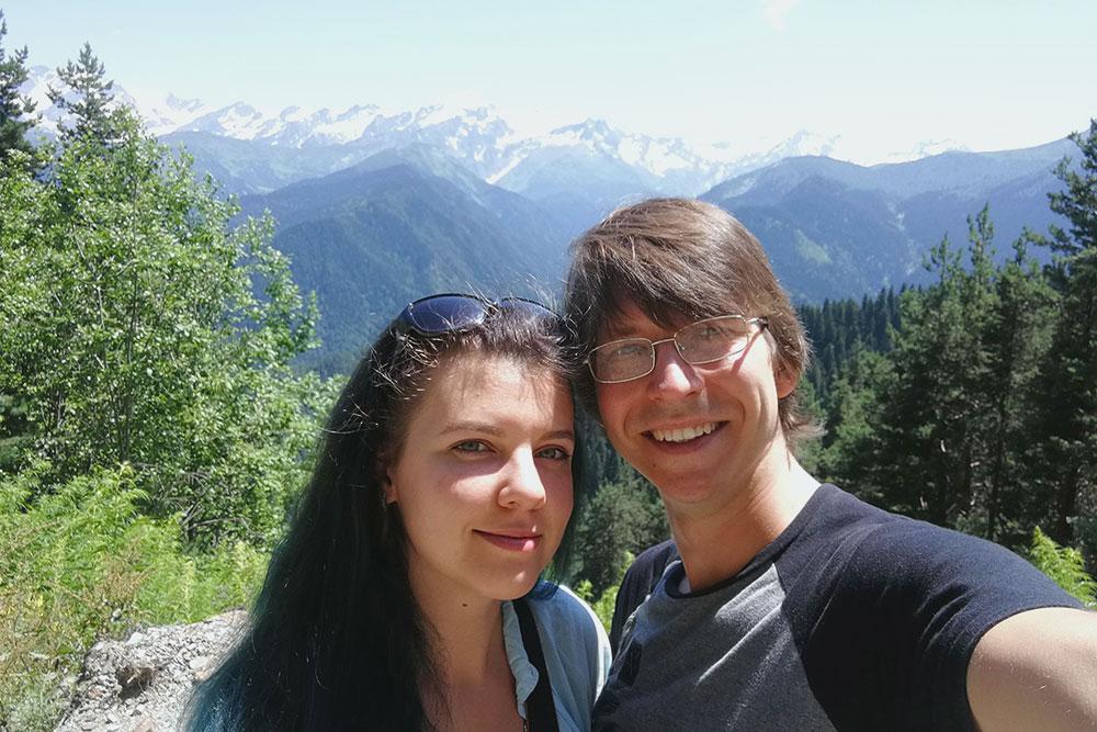 Мы с мужем на фоне грузинских гор в Сванетии