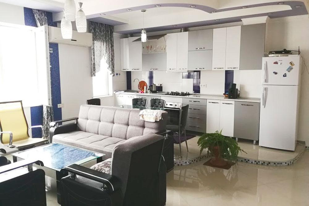 Квартира в Батуми. На фото кухня-гостиная с камином, а за кадром — еще 2 спальни. Стоимость — 1230<span class=ruble>Р</span> за ночь