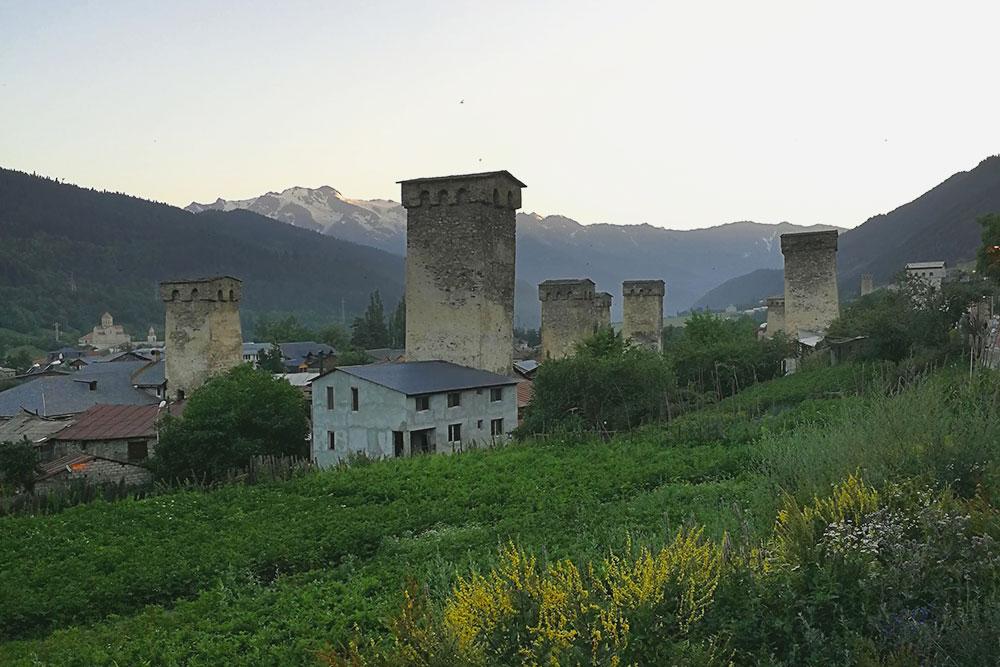 Сванские башни на закате. Если не знать историю, можно и не понять, что это древний и важный памятник