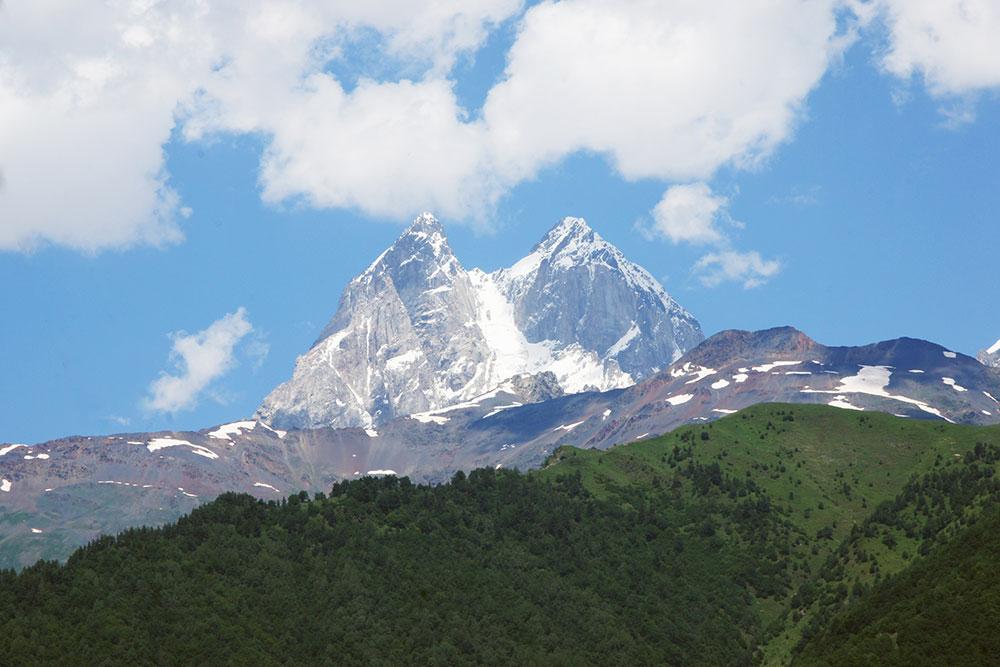 Двуглавая гора Ушба. В Сванетии исполнилась моя мечта: я проснулась с видом на горы и увидела светлячков