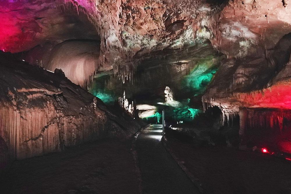 Пещера Прометея подсвечивается разными цветами — очень красиво
