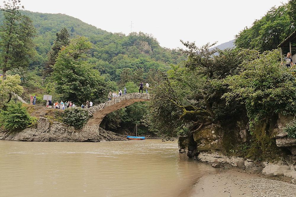 Неподалеку от Батуми расположен арочный мост царицы Тамары. Это популярная достопримечательность — вокруг моста толпится множество туристов