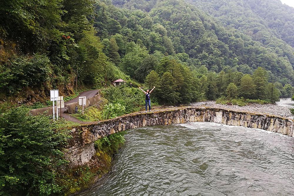 Мы проехали чуть дальше по дороге и нашли другой арочный мост. Он тоже древний, но без людей. Найти его можно