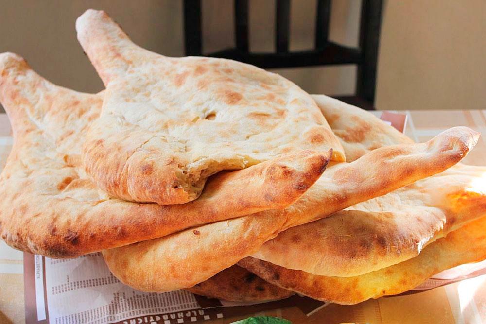Грузинский хлеб пури такой вкусный, что можно съесть его целиком и не заметить