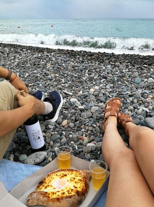 Батуми: вино мы взяли с собой из дома, а хачапури по-аджарски купили в ресторане «Лагуна» навынос