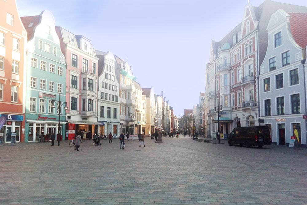 Центральная улица Ростока выглядит абсолютно типично для старых немецких городов