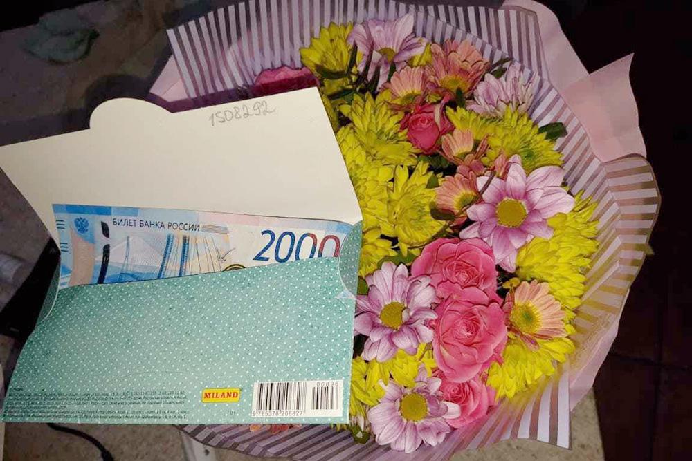 Так&nbsp;может выглядеть подарок, если решили дарить деньги: 2000&nbsp;<span class=ruble>Р</span> в&nbsp;конверте и&nbsp;букет цветов. Преподаватель сам купит себе&nbsp;то, что&nbsp;хочет. Фото: Анастасия Корнилова