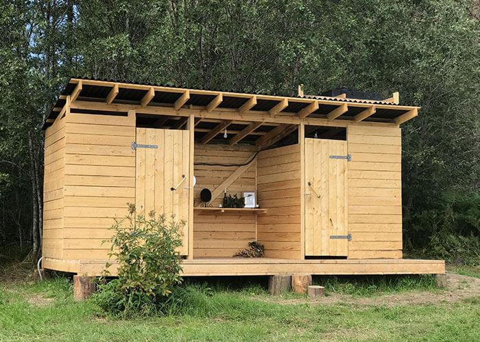 Удобства для отдыхающих: душ, торфяной туалет, умывальник