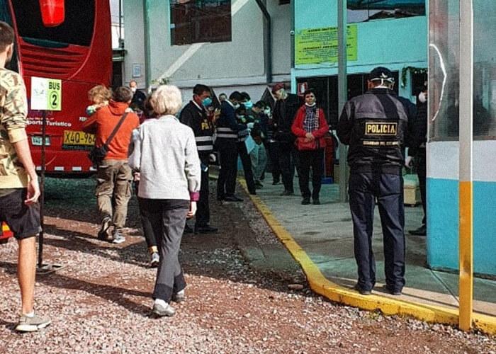 Из Куско в Лиму мы ехали на двух автобусах. По пути было много проверок: изучали все разрешения