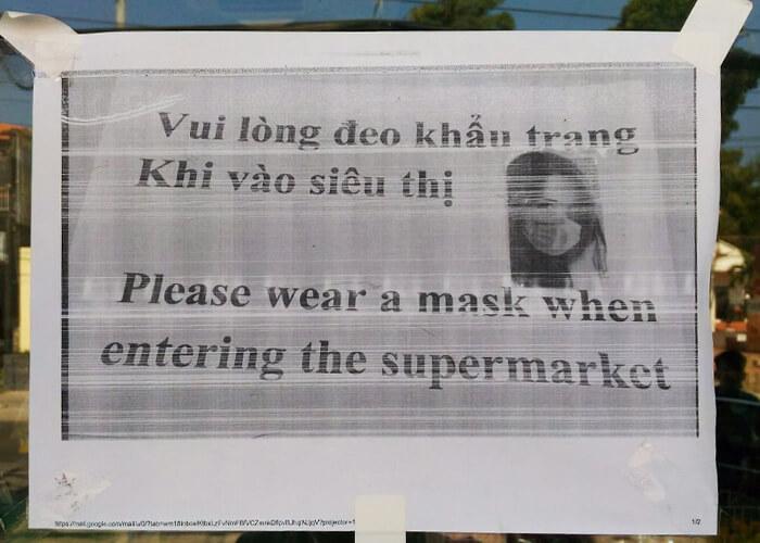 На дверях магазинов висели объявления, что войти можно только в маске