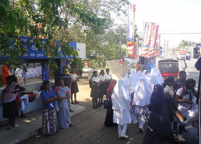 В обычное время на улицах Коломбо много людей и машин