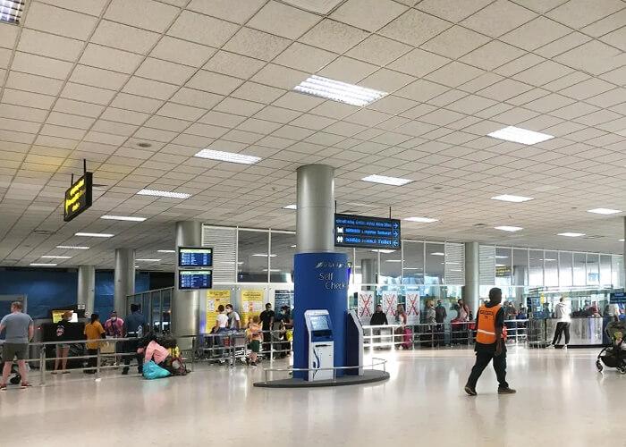 В аэропорту приятно удивила атмосфера. Все вели себя спокойно, несмотря на то что многие ждали своего рейса несколько дней