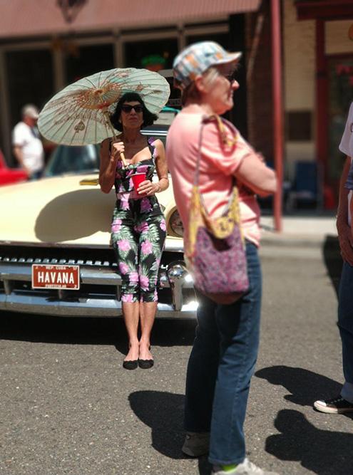 Обворожительной даме с зонтиком 62 года. Чтоб я так выглядела в ее возрасте!