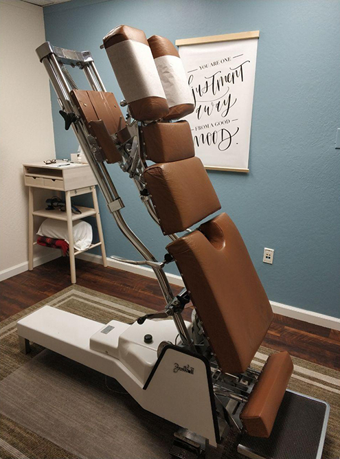 Механическая кушетка в кабинете хиропрактора. Мы ходили к доктору выпрямлять спину мужа. Восемь сеансов по 40$ (3014<span class=ruble>Р</span>) каждый спасли ситуацию
