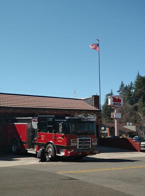Однажды мы гуляли по Пласервиллу. У въезда в город расположена пожарная часть. Мы с друзьями разглядывали технику, а один из спасателей предложил пройти внутрь и даже провел нам небольшую экскурсию