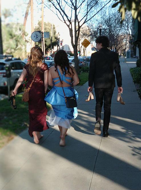Девчонки шли по даунтауну Сакраменто босиком, но никто не оборачивался и не удивлялся