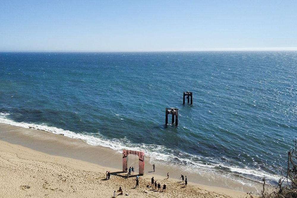 Арки в океане в калифорнийском городе Давенпорте. Перед нами спустились 4 красотки с камерой, и мы поняли, что до заката место оккупировано