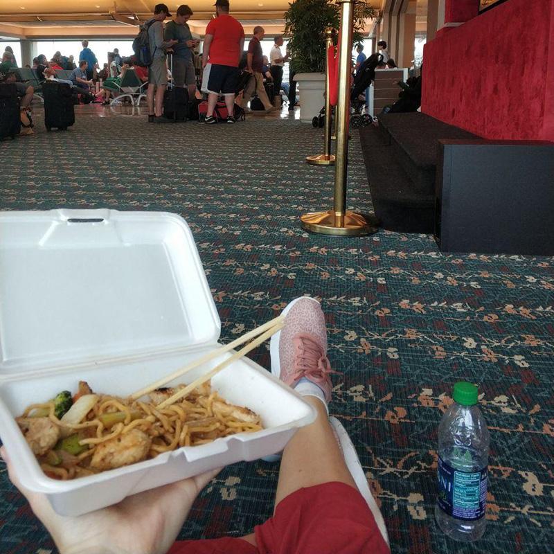 Сижу на ковре и обедаю в аэропорту Орландо в ожидании своего рейса. С правой стороны детский кинотеатр. Никогда такого не видела, хоть и часто летаю
