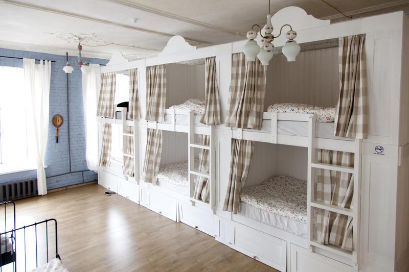 Хороший хостел: большие кровати со шторками, хранилища для рюкзаков под ними, нельзя есть и выпивать в общей комнате