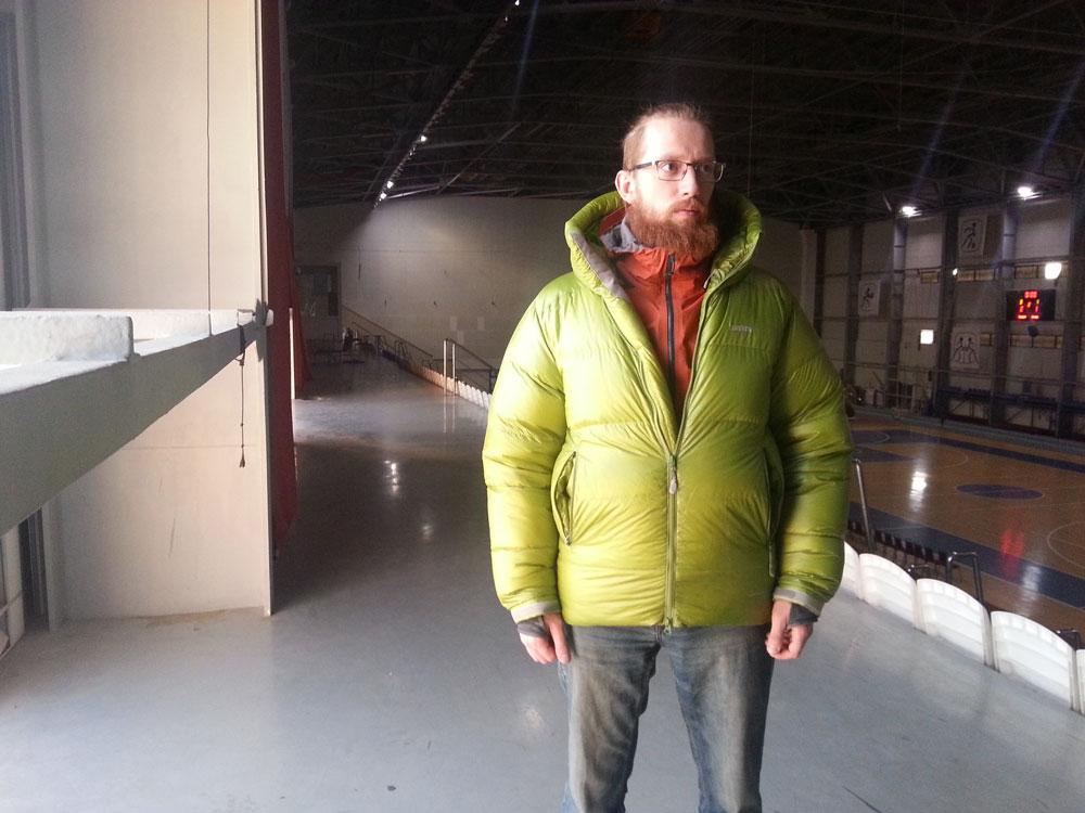 Пуховая куртка тоже создает воздушную прослойку, а также защищает от ветра