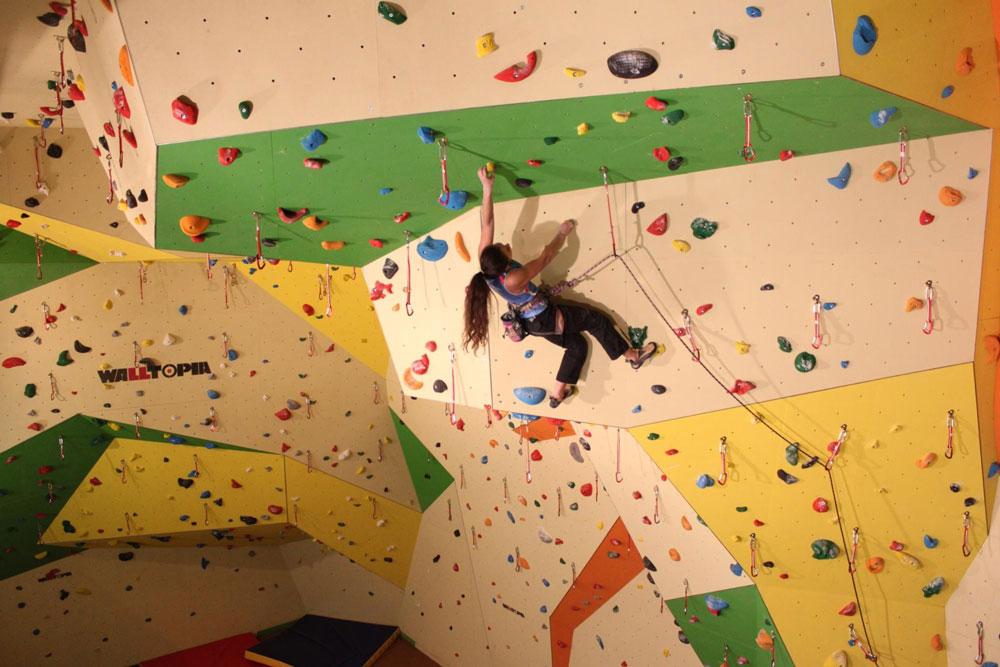 Тренировка на скалодроме. Начинающему альпинисту на такую высоту забираться необязательно — достаточно базовых навыков. Источник: Climbingcenter.ru