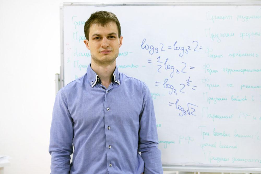 Максим учит школьников математике и управляет бизнесом