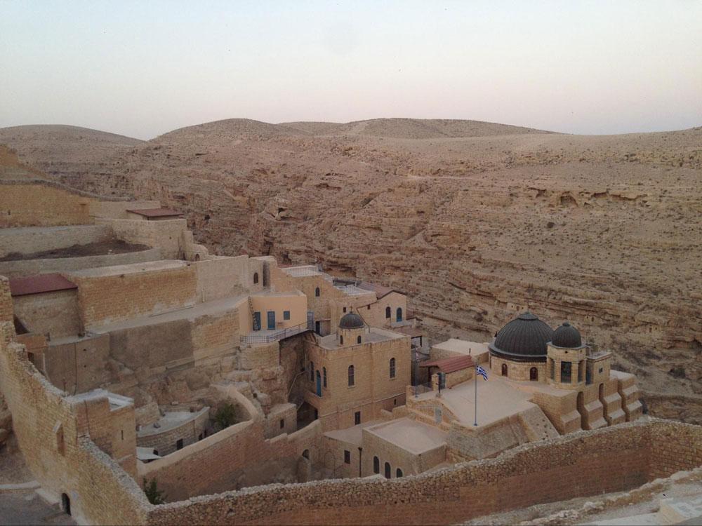 Мы ездили в византийский монастырь в Иудейской пустыне. Туда не ходит общественный транспорт, единственный способ добраться — машина или верблюды