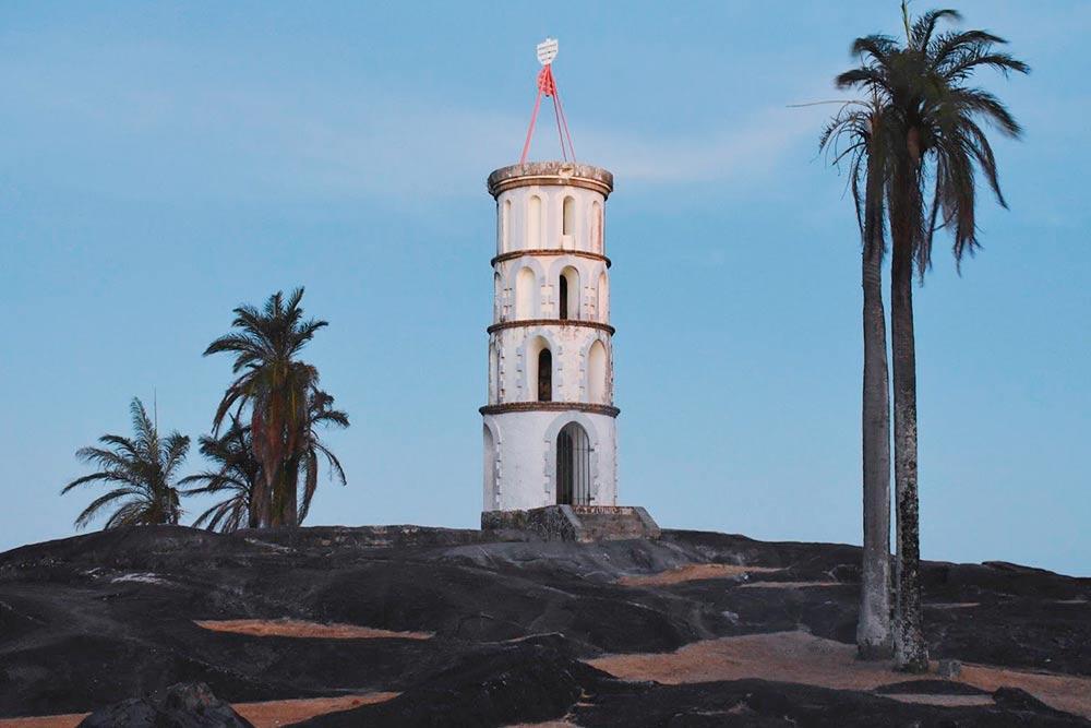 Маяк имени Альфреда Дрейфуса — невинно осужденного французского офицера, которого отправили на каторгу в Гвиану