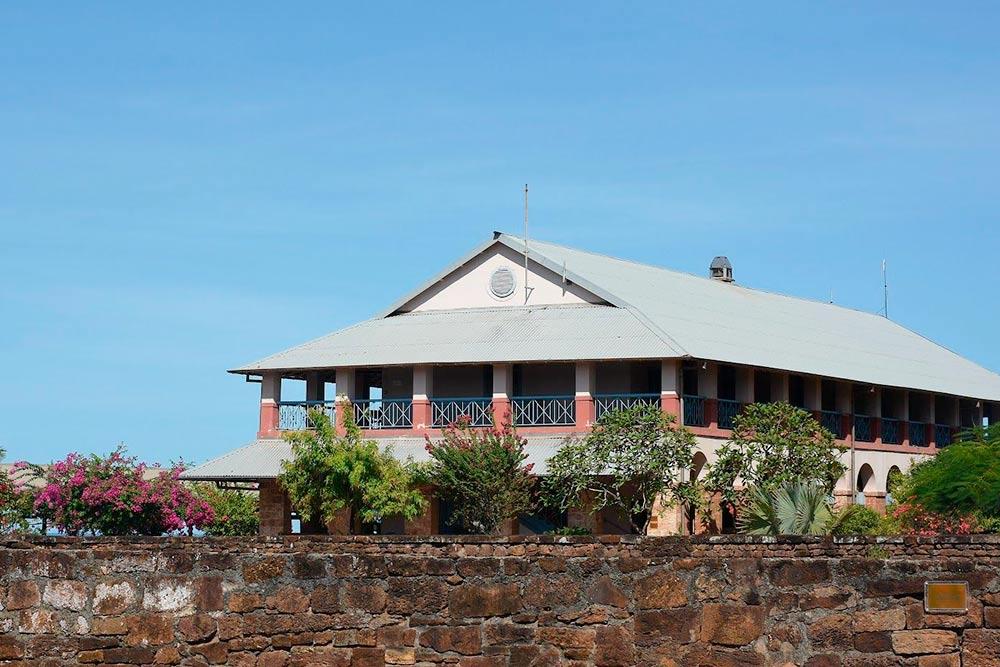 Сейчас нацентральном острове— маяк, музей инебольшой отель вбывшем корпусе администрации тюрьмы
