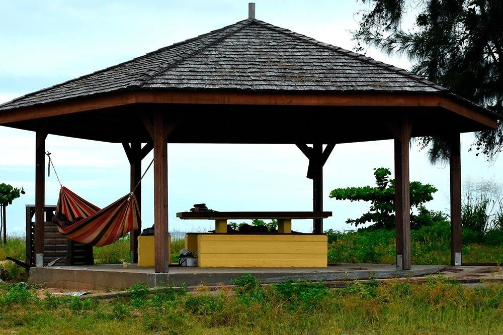Такие беседки называются карбе. Они сделаны таким образом, чтобы между столбов можно было закрепить гамаки. Это очень удобно