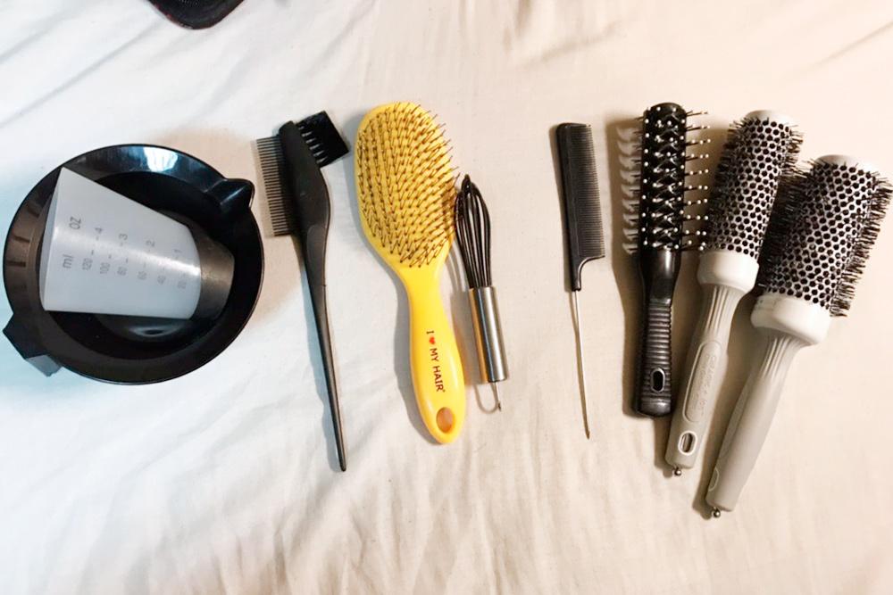 Часть моего набора. Слева направо: миска дляперемешивания краски смерным стаканчиком, кисть длякраски, «кошачья» расческа дляраспутывания волос, венчик, расческа-хвостик, расческа «рыбья кость», две круглых расчески-браши разных диаметров