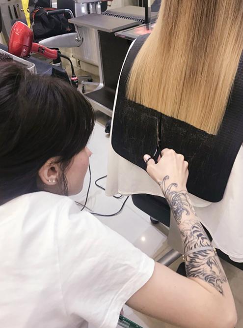 Так выглядит коврик наплечи. Сним волосы клиента лежат ровно, мастеру удобно делать ровный срез