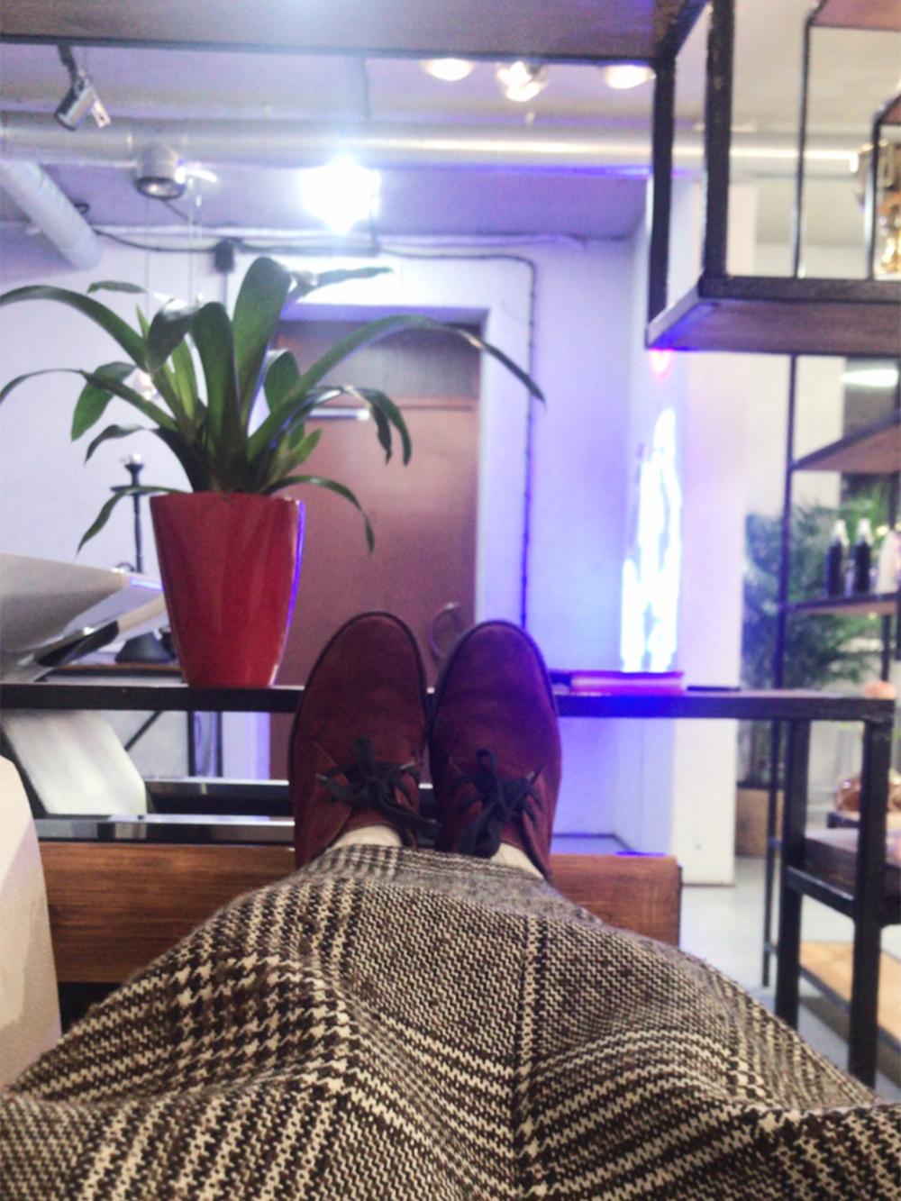 Я люблю работать по ночам в студии одна. Пока жду клиента, могу спокойно отдыхать на диване