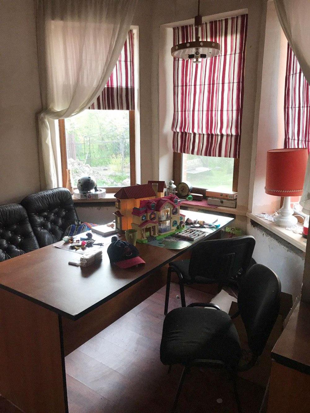 Типичный внутренний вид: в доме много офисных столов и стульев с предприятия отца, часть мебели привезена после большого ремонта городской квартиры, что-то куплено специально. Кухонный стол на самом деле офисный, но едим все равно на веранде
