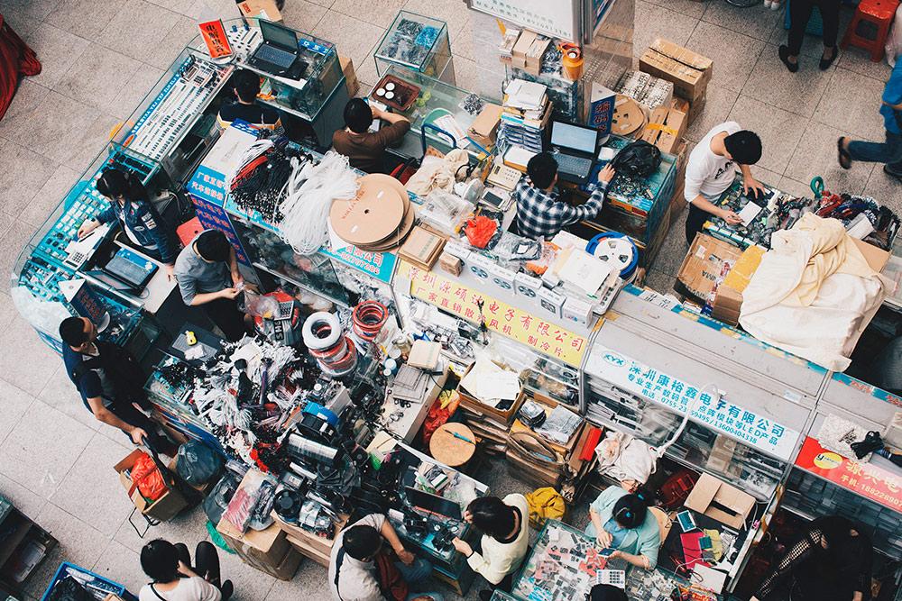 Витрины на рынке электроники в Шэньчжэне. Таких точек на одном рынке могут быть тысячи. И самих рынков в Китае тоже не одна сотня