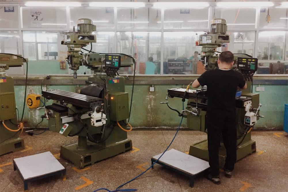 Это фабрика Arun вШэньчжэне, здесь производят аккумуляторы изарядные устройства. Мыпоставляли пауэрбанки ихпроизводства всалоны «Мегафона»