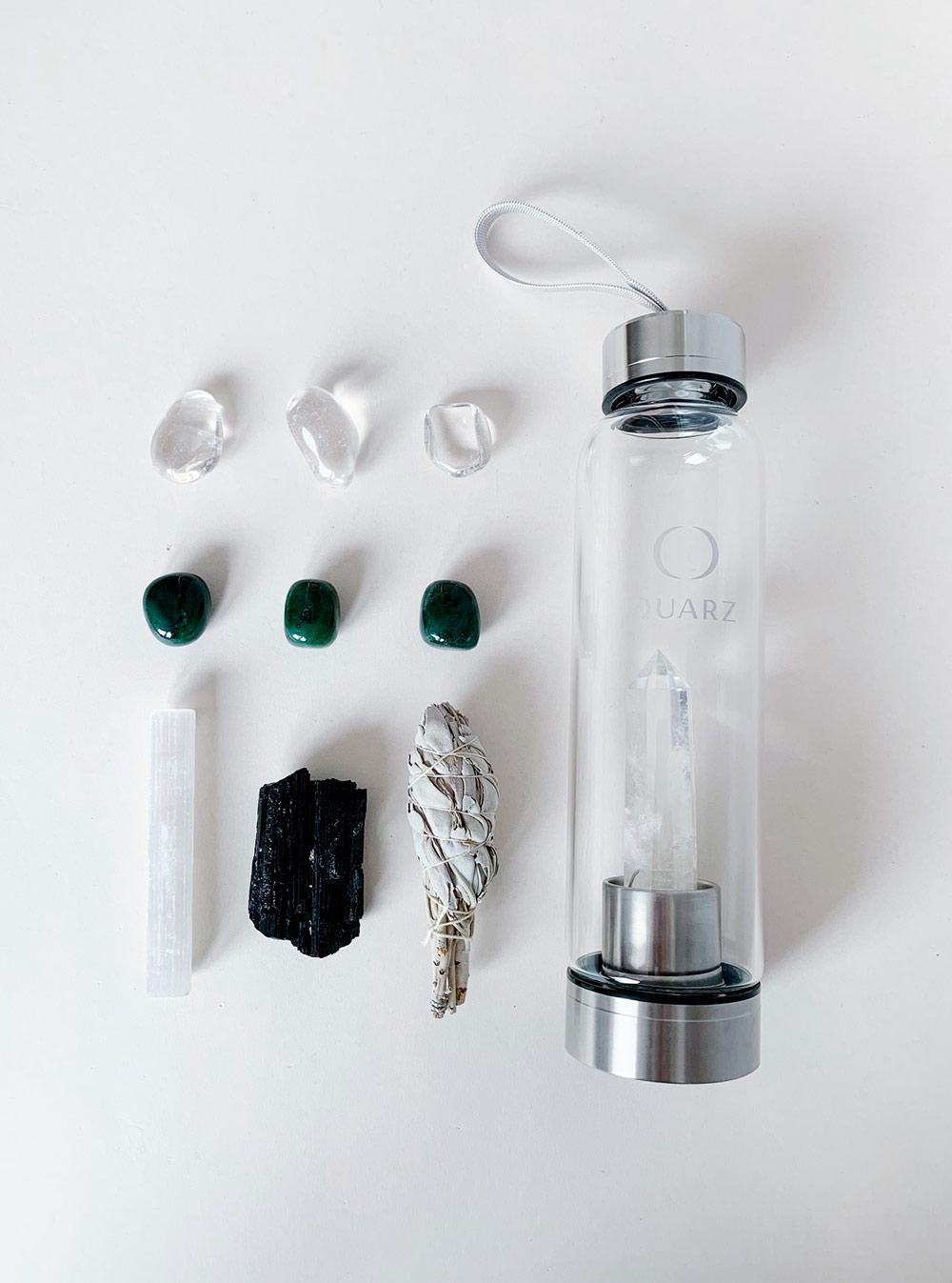 Так выглядят наборы Quarz — бутылка с прозрачным кристаллом, палочка селенита, черный турмалин