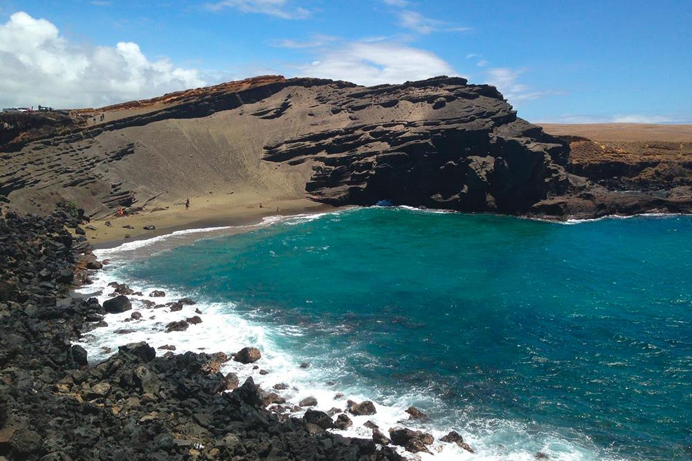 Пляж Папаколеа спеском зеленого оттенка на Большом острове