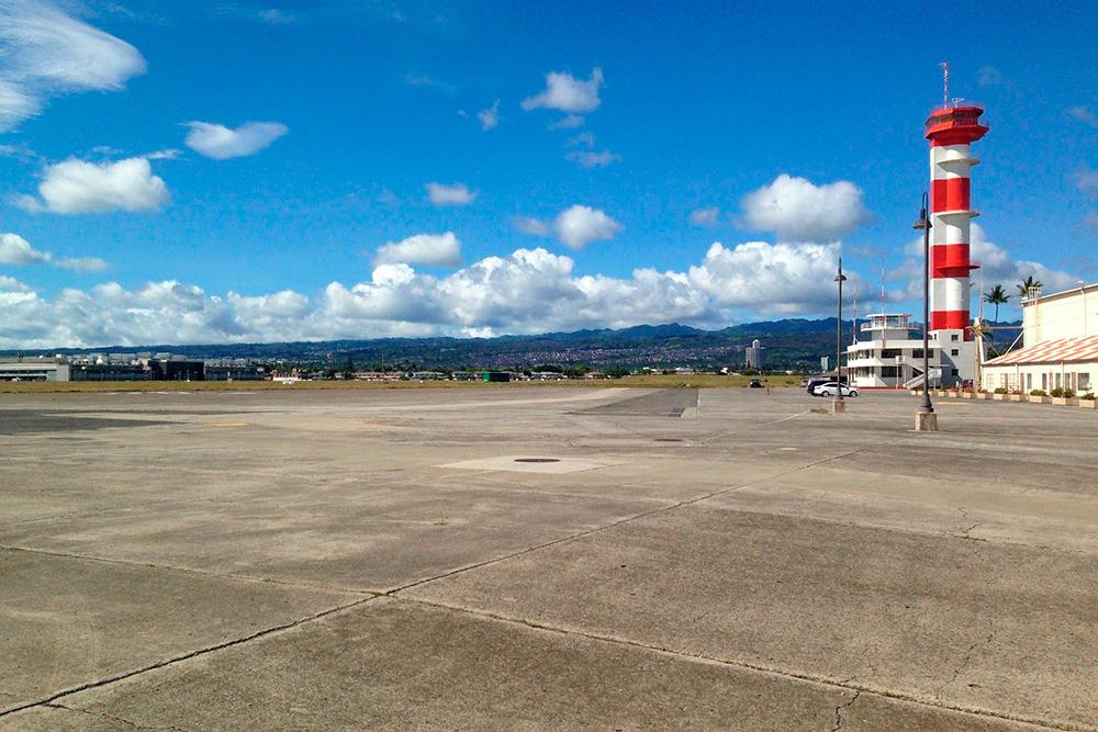 Старая авиабаза наострове Форд и знаменитая вышка из фильма «Перл-Харбор»